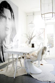 Huizentour bij Sanne van &Stijl in Haarlem Bohemian Interior, Interior Styling, Interior Decorating, Interior Design, Dining Room Inspiration, Interior Inspiration, Vintage Dining Chairs, Deco Boheme, White Houses