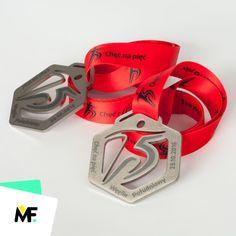 """Ażurowane medale o oryginalnym, geometrycznym kształcie przygotowane na bieg o nazwie """"Chęć na pięć"""". Wykonane ze starannie wykończonej stali szczotkowanej i ozdobione dedykowanym nadrukiem graficznym."""