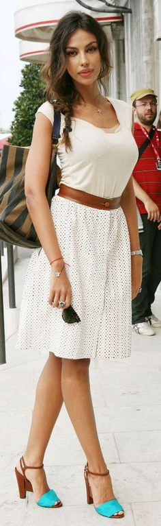 Cute outfit, especially the turquoise shoes! That little Pop!