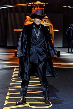 На показе Billionaire на подиум выставили золоченый вертолет: Стиль: Ценности: Lenta.ru