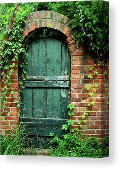 Secret Garden Door, Garden Doors, Old Garden Gates, Wooden Garden Gate, Old Gates, Cool Doors, Unique Doors, Magic Garden, Garden Art