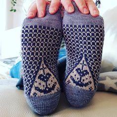 """DUCATHI on Instagram: """"Hoffnung ist die Schwester von Glaube, Liebe und Geduld. Sie ist kein Garant für Glück und keine Wunscherfüllerin. Sie ist ein…"""" Knit Mittens, Knitting Socks, Color Inspiration, Flip Flops, Slippers, Sandals, Crochet, Heels, Instagram"""
