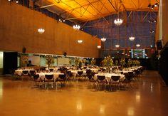 Ein funkelnder Rahmen für bis zu 260 Gäste an runden Tischen. Das FOYER kann in jede gewünschte Farbe getaucht werden, die seitlichen Betonflächen eigenen sich hervorragend für Projektionen. Bühne bzw. Tanzfläche runden den maßgeschneiderten Abend ab.