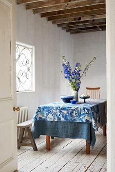 Mesa de comedor de una casa decorada en azul  | DEF Deco - Decorar en familia