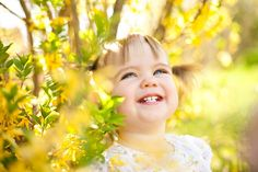 Toddler girl photo session outside with yellow tree | colimaciestudio.com | Colimacie Studio Photographe Sherbrooke