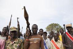 南スーダンのナシル(Nasir)での集会に参加する反政府の民兵組織「白い軍隊(White Army)」のメンバーら(2014年4月14日撮影)。(c)AFP/ZACHARIAS ABUBEKER ▼22Apr2014AFP 南スーダンに崩壊の危機、反乱軍との戦闘激化 http://www.afpbb.com/articles/-/3013204 #Nasir #WhiteArmy #South_Sudan #Sudan_del_Sur #Soudan_du_Sud #Suedsudan