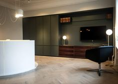 piqu 12mm in the Copenhagen showroom, featuring grey lacquer units