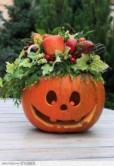 Dynia na Halloween ze stroikiem z owoców na Stylowi.pl Halloween Floral Arrangements, Flower Arrangements, Diy Projects To Try, Projects For Kids, Seasonal Decor, Fall Decor, Pumpkin Carver, Halloween Crafts, Flower Designs