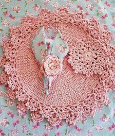 Jogo americano dupla face (floral rosa e xadrez rosa), guardanapo de boca floral. Crochet Home, Love Crochet, Crochet Gifts, Crochet Motif, Crochet Shawl, Crochet Stitches, Knit Crochet, Crochet Patterns, Crochet Table Mat