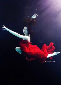 Se volete essere veramente alla moda dovete farvi fotografare sott'acqua. Vestite. Il progetto di Jack Studio.  #photography