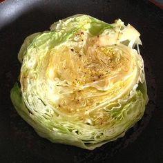 Wusstet Ihr, wie lecker #Eisbergsalat wird, wenn man ihn kurz in heißem Fett anbrät!? #foodporn #vegan #foodwithoutregrets #salad #salat  #potd