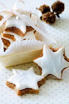 Der Teig für Zimtsterne aus Eiweiß, Puderzucker, Mandeln und Zimt ist schnell gemacht. Nach dem Ausstechen bekommen die Plätzchen dann noch einen süßenAnstrich und schon geht es ab in Ofen für einen der Klassiker unter den Weihnachtsplätzchen.#rezept #idee #plätzchen #backen #plätzchenbacken #plätzchenrezept #zimtsterne #weihnachtsbäckerei #kekse #zimt Baking Recipes, Cookie Recipes, Dessert Recipes, Delicious Desserts, Christmas Sweets, Christmas Baking, Christmas Recipes, Christmas Decor, Christmas Tree