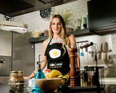 En esta receta fitness, Vikika prepara una pizza de pimientos, bacon y mozarella para cenar. Una pizza baja en calorías para esos días que apetece darse un capricho pero no queremos saltarnos la dieta con un cheatmeal. ¡Ya no tienes que esperar al sábado para cenar pizza! La cocina fitness de Vikika es la nueva serie de Canal Cocina para YouTube. La fitblogger Verónica Costa protagoniza esta serie de recetas fitness, donde nos enseña cómo llevar un estilo de vida fitness, libre de azúcares…