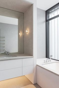 Tobias Partners maximised natural light and optimised the magnificent views to the ocean in this Bronte home. GARDYNE STREET - BATHROOM | The English Tapware Company