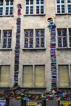 Arte en la calle por artista brasileño Tinho en las calles de Frankfurt, Alemania