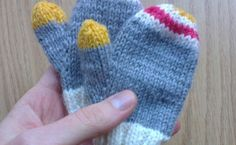 {Tricot} Moufles enfant - Une fille d'avril Owl Hat, Mittens Pattern, Baby Cardigan, Baby Knitting Patterns, Knit Beanie, Knitting Needles, Baby Hats, Fingerless Gloves, Diy Fashion