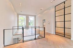 Dit is het nieuwe miljoenen pand van Ajax speler John Heitinga. Interior Stairs, Home Interior Design, Interior Decorating, Contemporary Fireplace Designs, Open Trap, Steel Balustrade, Stair Well, Flooring For Stairs, Beautiful Stairs