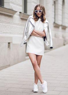 O tênis que todas as fashion girls estão usando, o AirMax da Nike. Esse look é o combo perfeito pra balada: vestido, jaqueta metálica e tênis branco.