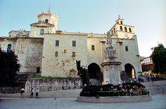 La catedral de la Asunción de Nuestra Señora se encuentra en la ciudad española de Santander. Su estructura es principalmente gótica, si bien ha sido posteriormente ampliada y reformada.