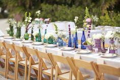 vasos coloridos com garrafas