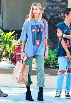 Hailey Baldwin investiu no modelo boyfriend jeans com camiseta oversized.