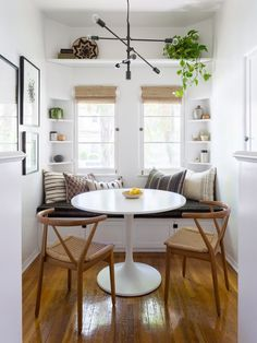 40 Cozy Small Living Room Decor Ideas For Your Apartment - Buzz Hippy Small Apartment Furniture, Small Apartment Living, Small Apartment Decorating, Small Living, Small Home Furniture, Apartment Ideas, Modern Small Apartment Design, Small Apartment Hacks, Tiny Dining Rooms