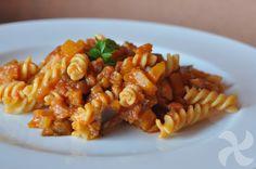 Jugoso plato de pasta hecho con cubitos de verdura (berenjena y calabaza) y con la tradicional passata, muy utilizada en la cocina italiana.