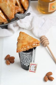 On reste dans les recettes traditionnelle avec des Samsa à l'ancienne fourrée aux amandes. Fondantes et croustillantes, parfumées à la can...