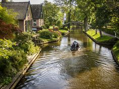 There Are Almost No Roads in Giethoorn, Holland, Just Waterways | Mental Floss UK