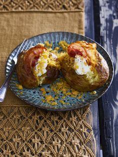 Gepofte aardappels met zure room, cheddar en spekjes