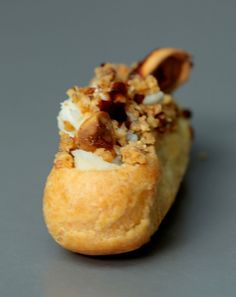 Mini flash Roquefort Papillon, stewed pears with grapes, crumble hazelnuts and balsamic syrup Liège Vol Au Vent, Eclairs, Belgium Food, Minis, Mini Burgers, Choux Pastry, Vegetarian Appetizers, Afternoon Tea, Great Recipes