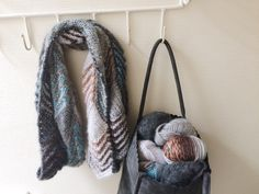 Vrolijke sjaal gemaakt van Caleido en Delgada. Pakket is verkrijgbaar via de link naar onze webshop.