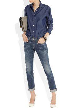 Dark jeans, darker navy blue button down shirt, matte mauve clutch, beige pumps. Classy.