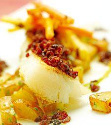 Grillet tørrfisk med sennepsgrønnsaker, petit pois-puré, baconsmør og aiolipoteter - Aperitif.no
