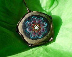 Colgante de piedra de Mandala por MJArtistryTreasures en Etsy