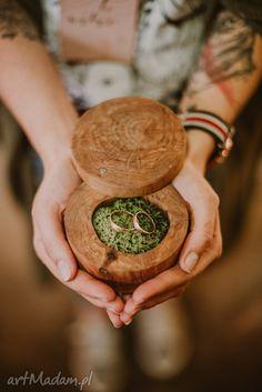 Pudełeczko na obrączki jest robione ręcznie z drewna olchowego. Wieczko można łatwo otworzyć i ponownie zamknąć. Drewno jest zaimpregnowane specjalnym olejem. W pudełeczku znajduje się mech chrobotek, na którym pięknie prezentują się obrączki. Wood, Wedding Things, Daughter, Woodwind Instrument, Timber Wood, Trees, My Daughter, Daughters
