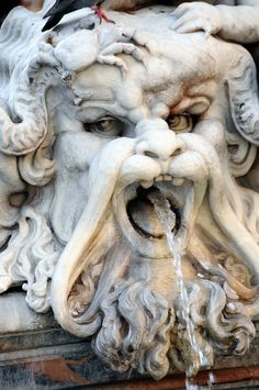Fontana del Nettuno mostro marino Roma Italia