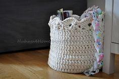 Cesta redonda de crochet en trapillo blanco
