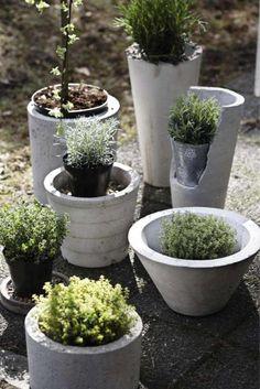 déco-jardin-béton-pot-fleur-béton-forme-cylindrique déco de jardin