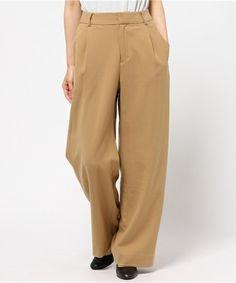 キャメルカラーのワイドパンツは、どんな服にも合わせやすく着まわし力抜群のアイテムです。生地によっても印象が変わりますが、冬はウールや厚手でとろみのある生地ですとニットとコーデがしやすくなります。 Khaki Pants, Fashion, Women's, Moda, Khakis, Fashion Styles, Fashion Illustrations, Fashion Models, Trousers
