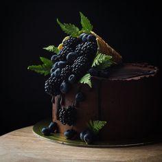 Очередной красавчик с вафельным рожком☺️🌿кому по вкусу такой дизайн?ставим ➡️ ♥️ так интересно сколько вас☺️😉 Pretty Cakes, Beautiful Cakes, Amazing Cakes, Cupcakes, Cupcake Cakes, Cake Decorated With Fruit, Super Torte, Fruit Birthday Cake, Chocolate Meringue