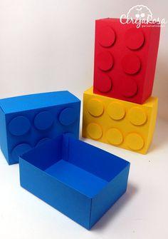 Medidas: 9cm de largura, 6,5 cm de profundidade e 3,2 cm de altura.    Colorida por dentro e por fora.    Pode ser uma cor só ou cores variadas.    A caixa vai montada.    Estamos a disposição para maiores informações.    **** Confira os outros produtos da festa Lego & Lego Ninjago.    Não esqueç...