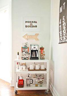 Um carrinho que abriga máquina de café, xícaras, bandejas e até bolo e acompanhamentos pode ser uma ótima pedida para a sua cozinha