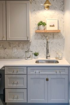 29 Catchy Kitchen Cabinet Hardware Ideas (A Guide for Kitchen Decorating) Kitchen Cabinets Knobs And Pulls, Kitchen Cabinet Hardware, New Kitchen Cabinets, Kitchen Shelves, Laundry Room Organization, Laundry Rooms, Cuisines Design, Kitchen Decor, Kitchen Ideas