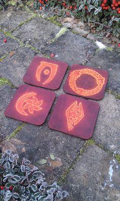 4 sous-verre cuir elder scrolls / morrowind oblivion skyrim TESO leather coaster Elder Scrolls Morrowind, Leather Coasters, Oblivion, Skyrim, Geek Stuff, Writing, Outdoor Decor, Handmade Gifts, Furniture