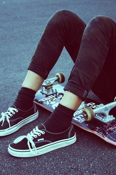 sit and watch. he sits with her tries to get her to talk, offers to teach to skate, gets her on the skateboard and she does some tricks, skates around. Vans Era, Skate Shop, Skate Girl, Moda Vintage, Vans Off The Wall, Skateboards, Mode Style, Look Cool, Swagg