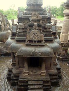 Temple Monolithique Jaïn à Ellora caves. Maharashtra. Les caves de Ellora et Ajanta existent depuis plus de 2000 ans, elle furent redécouvertes au 19ème siècle. Planifiez votre excurssion de 2 jours aux caves de Ajanta et Ellora avec India Someday: www.indiasomeday.fr