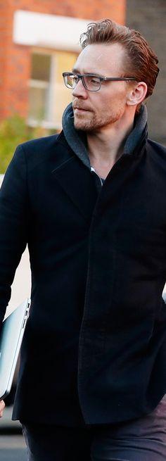Tom Hiddleston spotted in London on November 30, 2016. Full size image: http://ww4.sinaimg.cn/large/6e14d388gw1faakfsym63j21uq2s47m2.jpg Source: Torrilla