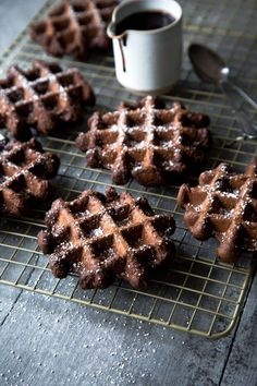Schokoladenwaffeln mit Schokoladensauce discovered by Ʈђἰʂ Iᵴɲ'ʈ ᙢᶓ Chocolate Waffles, Homemade Chocolate, Chocolate Desserts, Paleo Dessert, Waffle Recipes, Brunch Recipes, Breakfast Recipes, Waffel Cookies, Breakfast Waffles