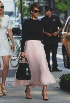 Jessica Alba channelled Audrey Hepburn at New York Fashion Week love the skirt and shoes! Mode Outfits, Fashion Outfits, Womens Fashion, Fashion Trends, Dress Fashion, Fashion Shoes, Fashion News, Fashion Models, Skirt Outfits